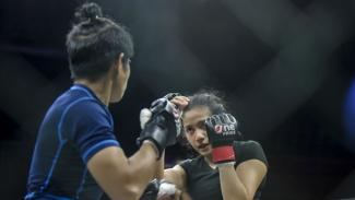 Petarung Jakarta MMA, Inandya Citra (kanan)