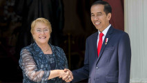 https://thumb.viva.co.id/media/frontend/thumbs3/2017/05/12/591566063a06c-kunjungan-presiden-chile-michelle-bachelet_213_120.jpg