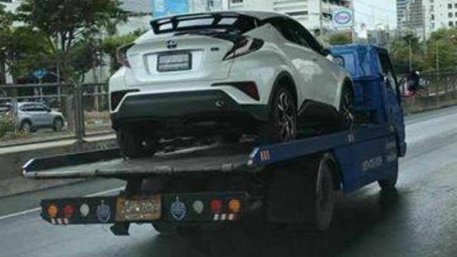 Toyota C-HR kepergok di jalan raya.