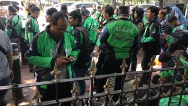 Pengendara Gojek dan Grab di Jalan Medan Merdeka, Jakarta Pusat, Senin, 15 Mei 2017.