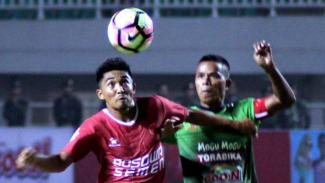 Gelandang PS TNI, Manahati Lestusen (kanan), di laga kontra PSM Makassar.