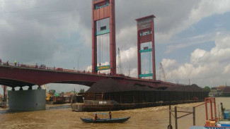 Tongkang bermuatan 7.000 ton Batu Bara yang menabrak Jembatan Ampera di perairan Sungai Musi Kota Palembang Sumatera Selatan, Rabu (17/5/2017)