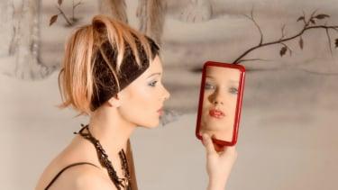 Ilustrasi wanita bercermin.