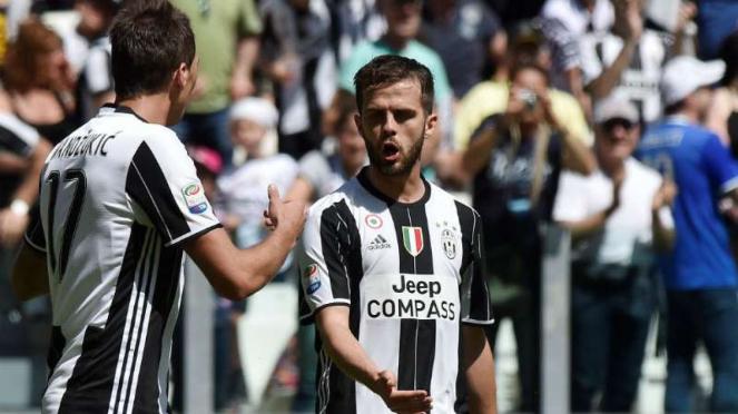 Striker Juventus, Mario Mandzukic dan Miralem Pjanic.
