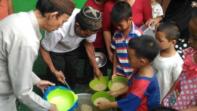 Anak-anak mengantre untuk mendapatkan bubur Suro.