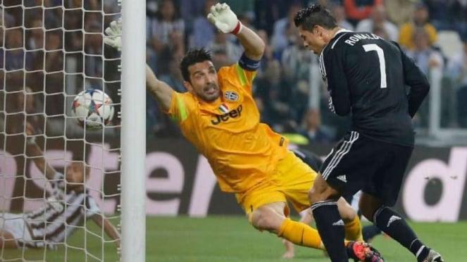 Cristiano Ronaldo (kanan) membobol gawang Gianluigi Buffon (kiri)