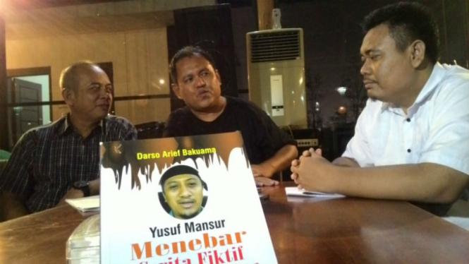 Darmansyah (kanan) didampingi kuasa hukumnya di Surabaya, Kamis malam