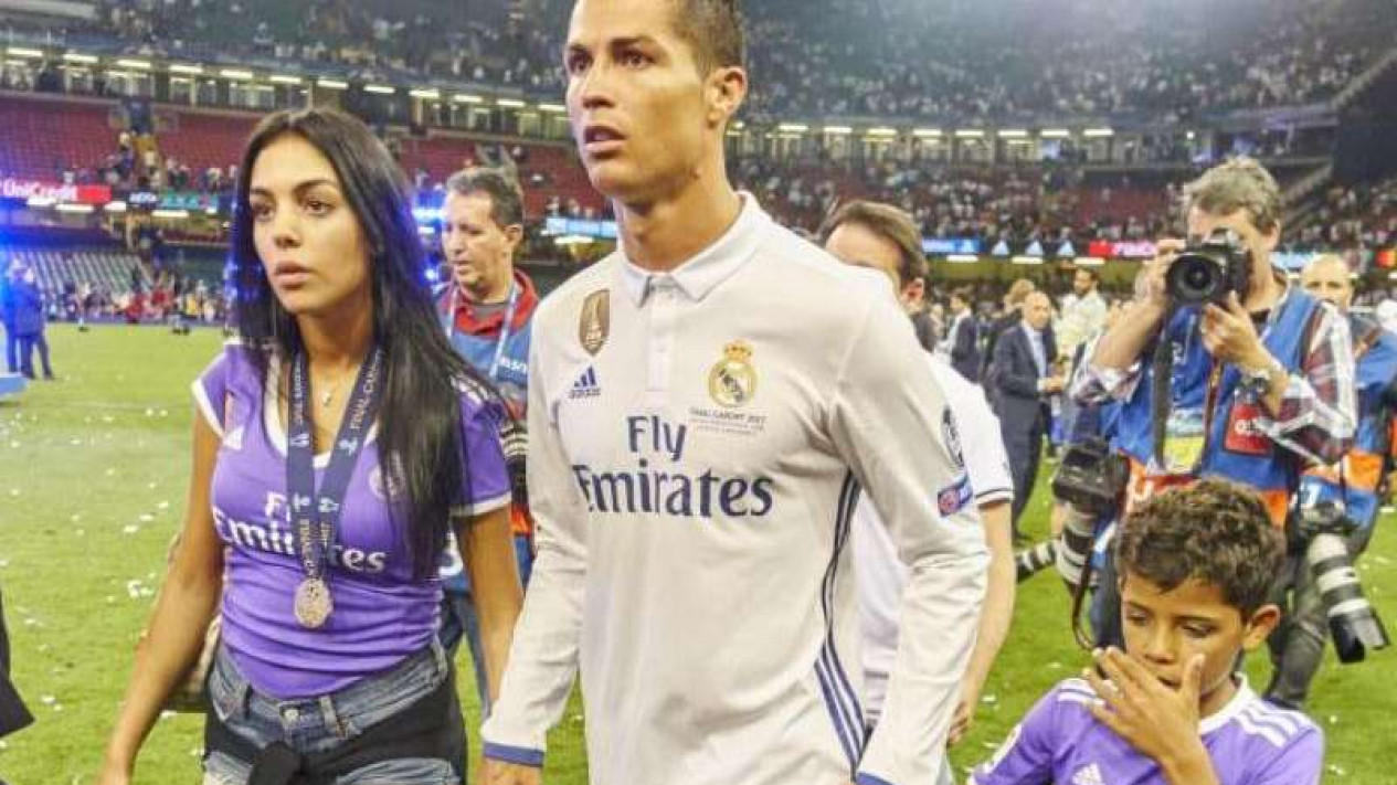 Cristiano Ronaldo (tengah) merayakan gelar juara bersama kekasih dan anak