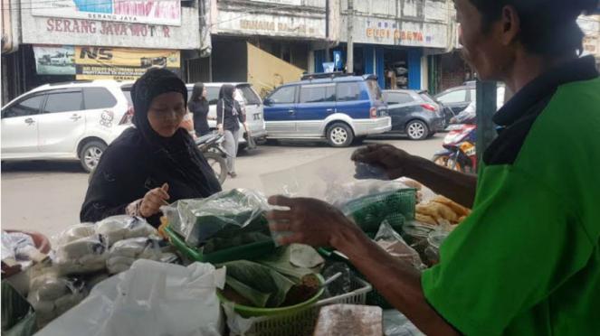 Penjual ketan bintul di Serang, Banten.