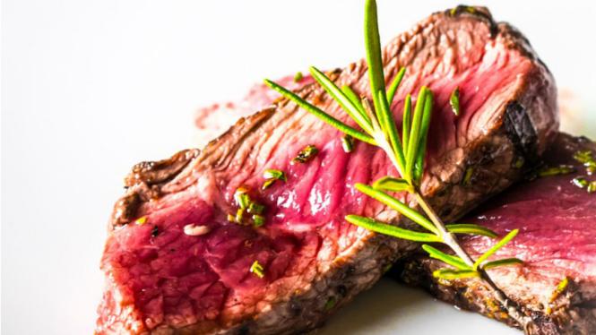 Steak setengah matang.