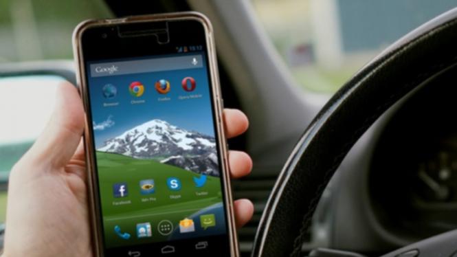 Ilustrasi menelepon saat mengemudi.