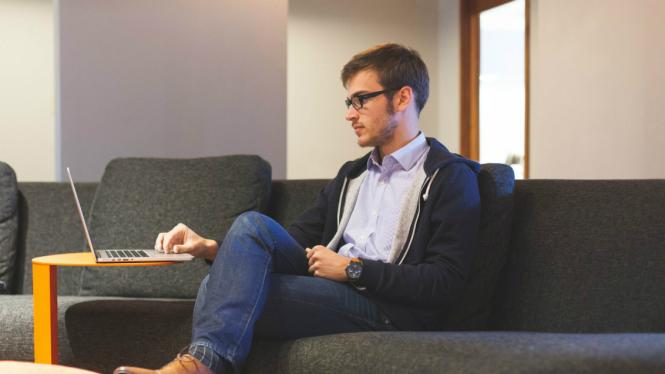 Hasil gambar untuk pria kantor duduk