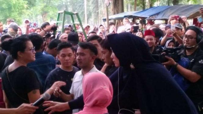 Ruben Onsu di pemakaman Julia Perez di TPU Pondok Ranggon, Jakarta Timur.