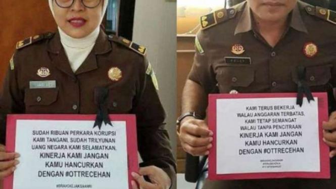 Dua orang pegawai kejaksaan menampilkan pesan protes mereka atas operai tangkap tangan yang bernilai recehan, #OTTRecehan