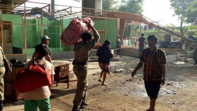 Sejumlah warga dan petugas membereskan bedeng Kalijodo