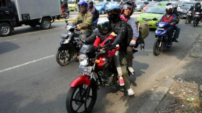 Mudik menggunakan motor.