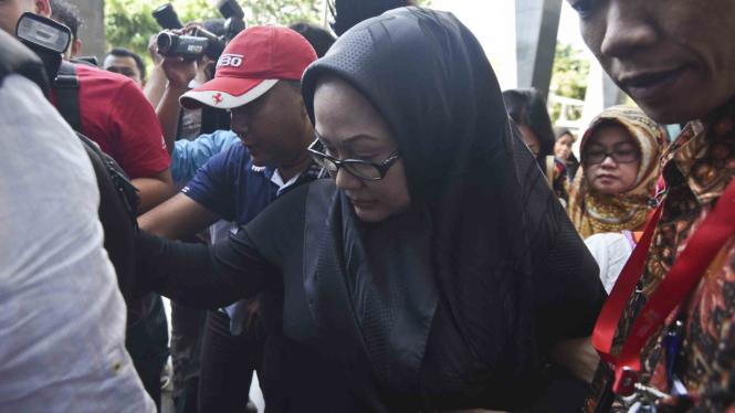 Mantan Gubernur Banten Ratu Atut Chosiyah saat dituntut delapan tahun penjara beberapa waktu silam.