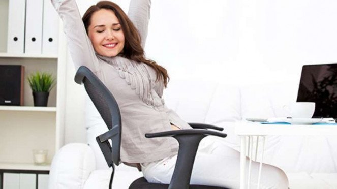 Ilustrasi melakukan peregangan badan setelah duduk lama