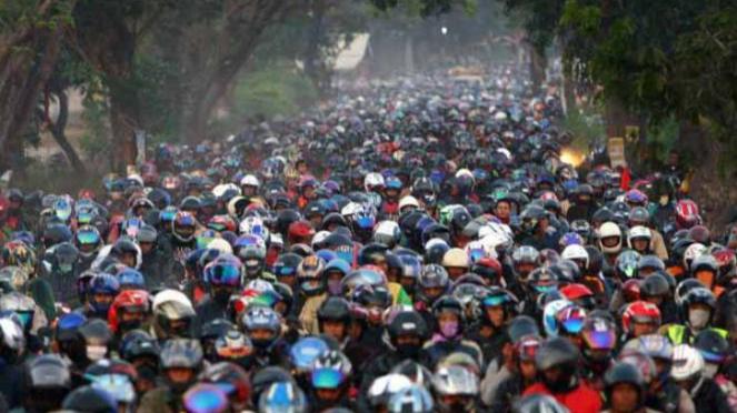 Tradisi di Indonesia, mudik dengan sepeda motor.