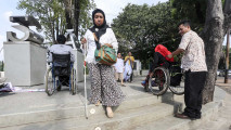 https://thumb.viva.co.id/media/frontend/thumbs3/2017/06/20/5949245d9acd9-aksi-mudik-ramah-anak-dan-disabilitas-di-depan-istana_213_120.jpg