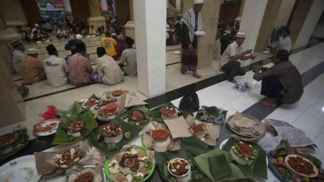 Menu untuk buka puasa bersama umat muslim pada tradisi Megibung di Masjid Al Muhajirin Kepaon, Denpasar, Bali.