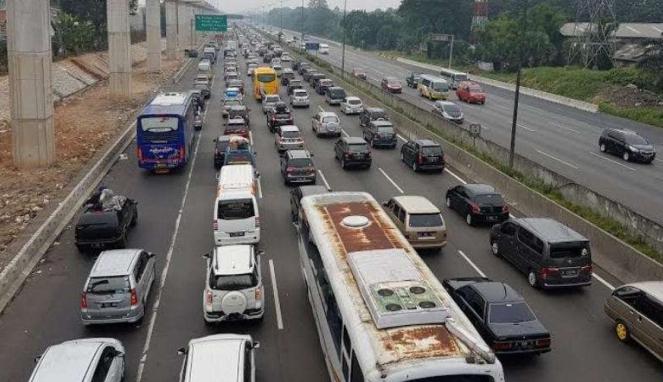 Antrian panjang di Tol Jakarta Cikampek. Kendaraan bergerak sangat perlahan.