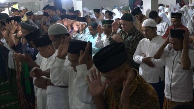 Jemaah Tarekat Naqsabandiyah Melaksanakan Salat Id.