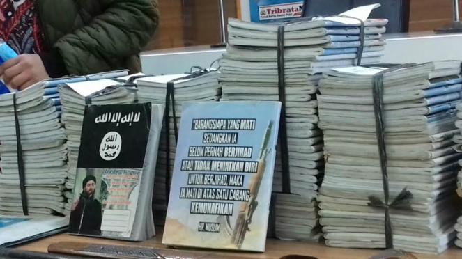 Polisi menyita 155 buku tulis bersampul pemimpin ISIS beberapa waktu lalu.