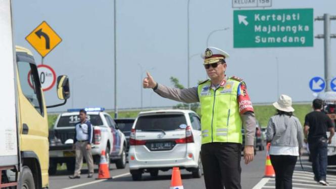 Polisi mengatur lalu lintas/Ilustrasi.