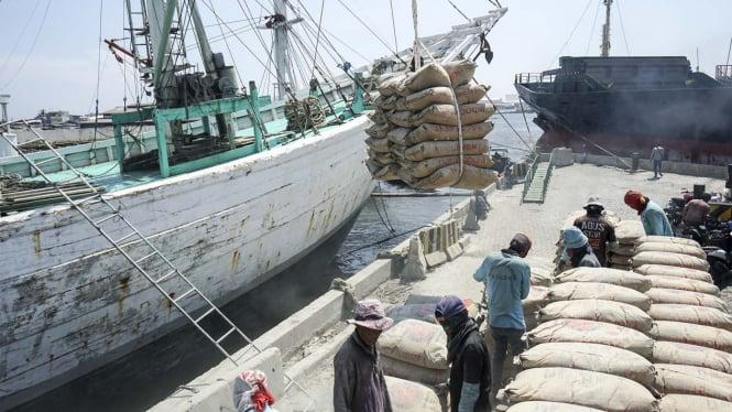 Aktivitas Bongkar Muat di Pelabuhan Sunda Kelapa