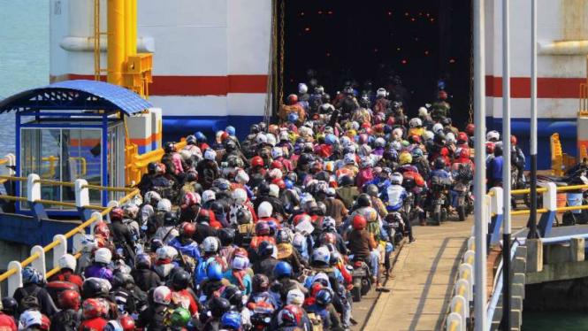 Pemudik sepeda motor memasuki kapal Roro.