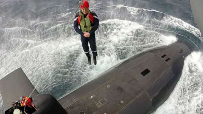 Aksi Presiden Emmanuel Macron saat masuk kapal selam Prancis