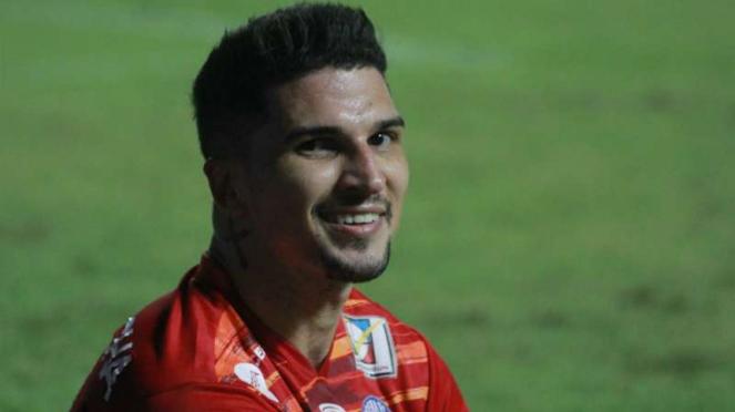 Bek Arema FC, Arthur Cunha.