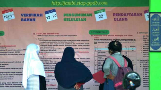 Orangtua dan siswa mengamati pengumuman mengenai PPDB tahun 2017.