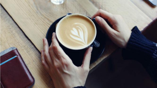 Minum kopi.