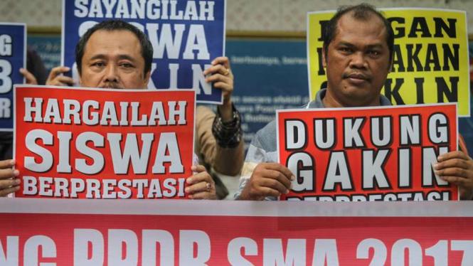 Sejumlah wali murid menggelar unjuk rasa mengenai Penerimaan Peserta Didik Baru (PPDB) online SMA/SMK 2017 di Solo, Jawa Tengah, Jumat (16/6/2017)