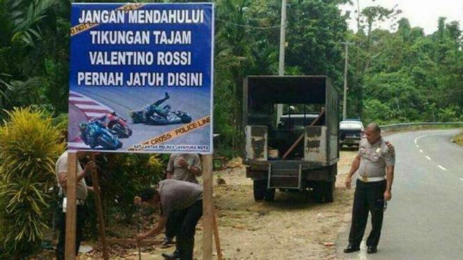 Satuan Lalu Lintas Polresta Jayapura memasang papan peringatan agar para pengendara bermotor berhati-hati di tikungan tajam Jalan Poros Jayapura-Wutung, perbatasan Indonesia dengan Papua Nugini.