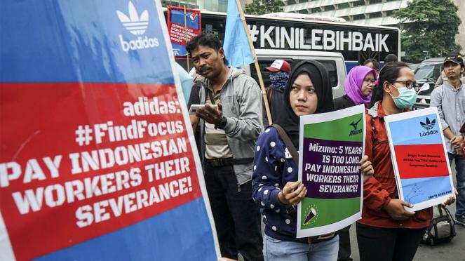 Buruh Sepatu Adidas Tuntut Keadilan ke Kedubes Jerman