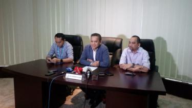 CEO PT Liga Indonesia Baru, Berlinton Siahaan (tengah)