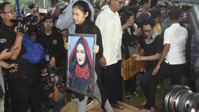 Prosesi pemakaman artis Julia Perez