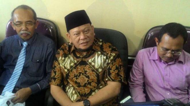 La Nyalla Mattaliti (tengah) di kantor Kamar Dagang dan Industri Jawa Timur di Surabaya pada Kamis, 20 Juli 2017.
