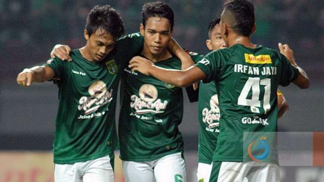 Para pemain Persebaya Surabaya merayakan gol