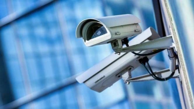 Kamera pengawas (CCTV).