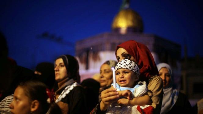 Warga Palestina di depan masjid Al Aqsa.