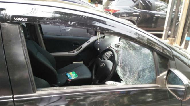 Aksi pecah kaca Mobil Yaris di kawasan Tebet, Jakarta Selatan
