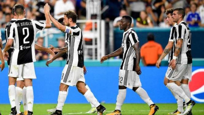 Para pemain Juventus merayakan gol