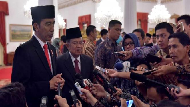 Presiden Jokowi didampingi Wapres Jusuf Kalla usai pelantikan anggota BPKH.