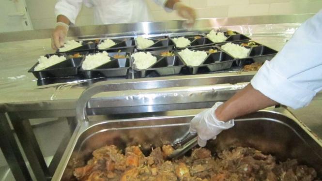 Pengolahan makanan untuk katering jemaah haji Indonesia.