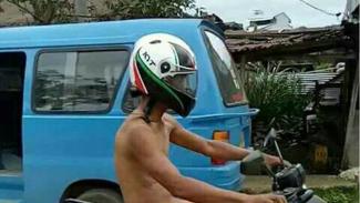 Naik motor tanpa mengenakan pakaian.