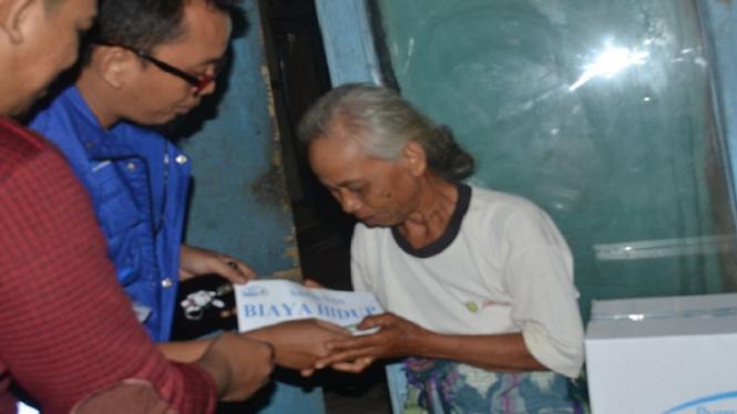 Nenek Jumarsih saat menerima bantuan.